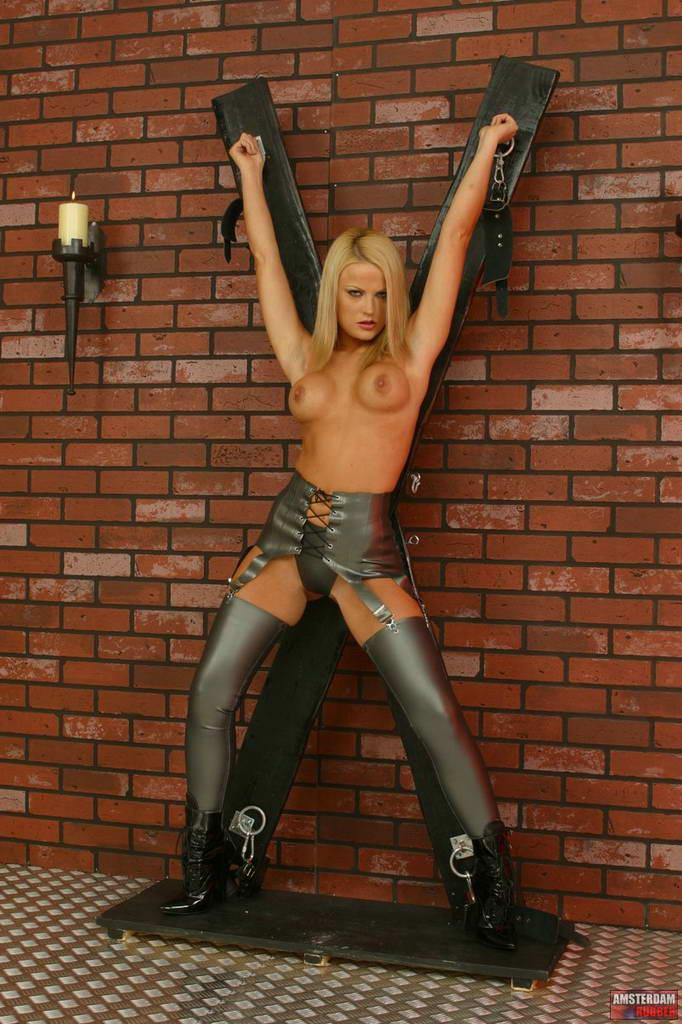 catsuit high heels streng gefesselt